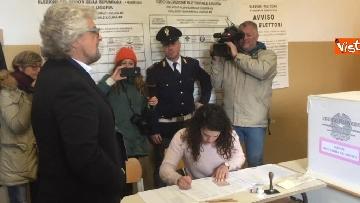 2 - Beppe Grillo al seggio elettorale, il momento del voto