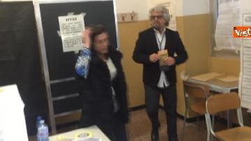 4 - Beppe Grillo al seggio elettorale, il momento del voto