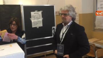 6 - Beppe Grillo al seggio elettorale, il momento del voto