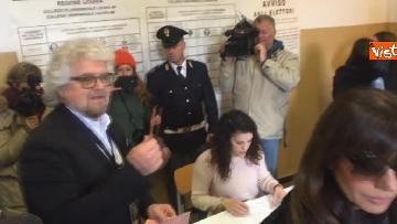 3 - Beppe Grillo al seggio elettorale, il momento del voto