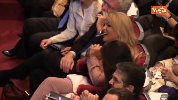 4 - Pascale ride per la battuta di Silvio: Rubo sua carta intestata... tanto pago io