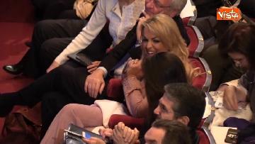 7 - Pascale ride per la battuta di Silvio: Rubo sua carta intestata... tanto pago io