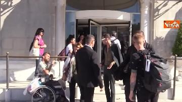 2 - Spunta Achille Lauro a Venezia, stringe la mano al mendicante che gli augura: