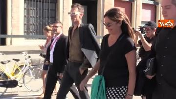 4 - Spunta Achille Lauro a Venezia, stringe la mano al mendicante che gli augura:
