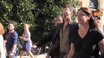 5 - Spunta Achille Lauro a Venezia, stringe la mano al mendicante che gli augura: