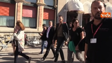 3 - Spunta Achille Lauro a Venezia, stringe la mano al mendicante che gli augura: