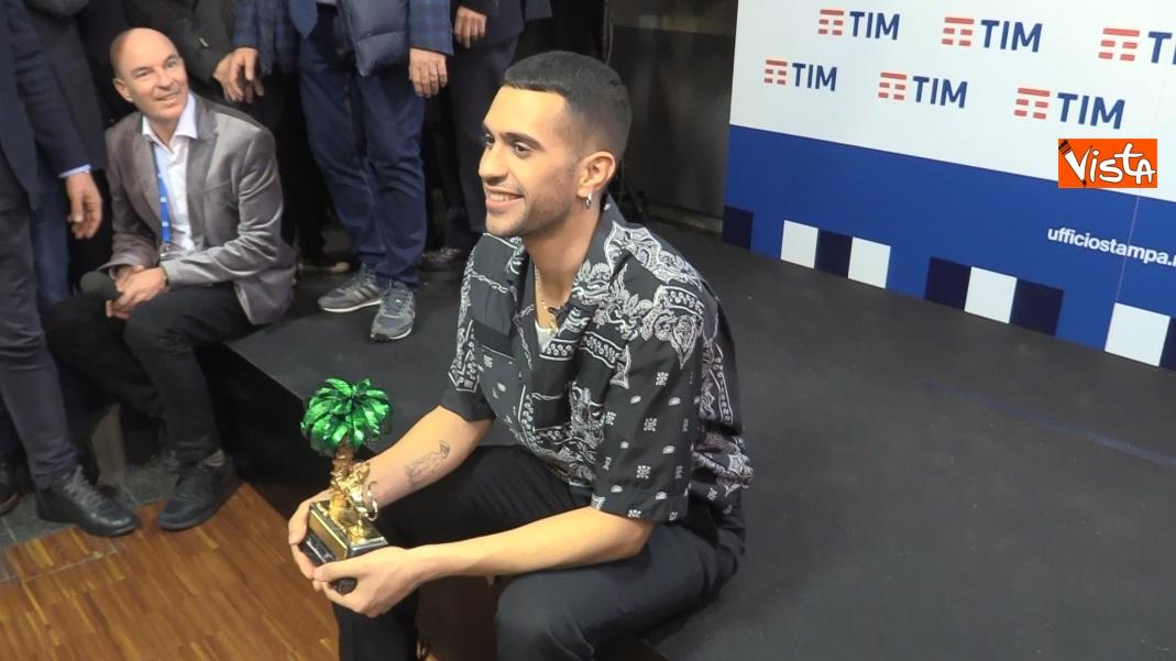 Mahmood con il premio in sala stampa_04
