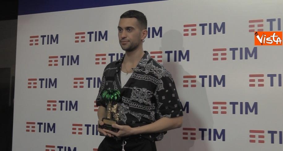 Mahmood con il premio in sala stampa_02