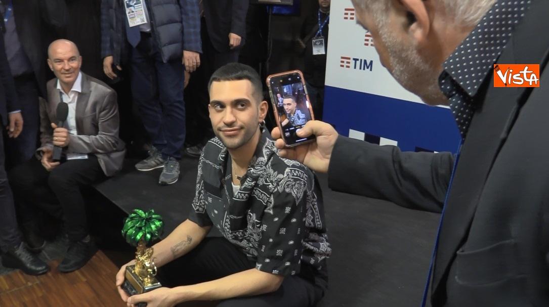 Mahmood con il premio in sala stampa_05