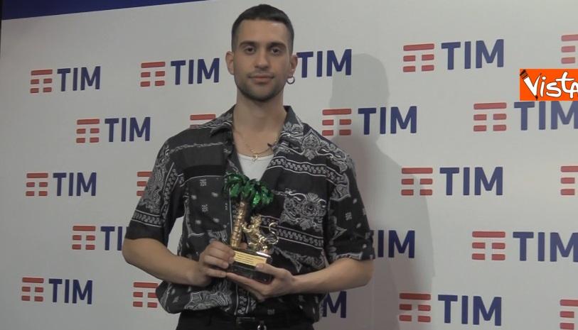 Mahmood con il premio in sala stampa_03