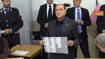 4 - Europee, il voto del presidente di Forza Italia Silvio Berlusconi
