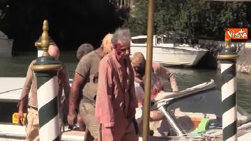 1 - L'invasione 'zombie' al Lido di Venezia, la performance per il documentario su Lucio Fulci