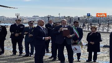 1 - Il Papa a Bari viene accolto dal presidente della Regione Puglia Michele Emiliano
