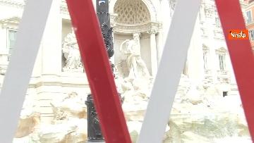 1 - Fontana di Trevi, i pochi passanti non rinunciano a fotografare il monumento