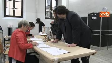 4 - Il leader del Popolo della famiglia Adinolfi al voto con moglie e figlia