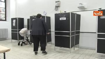 5 - Il leader del Popolo della famiglia Adinolfi al voto con moglie e figlia