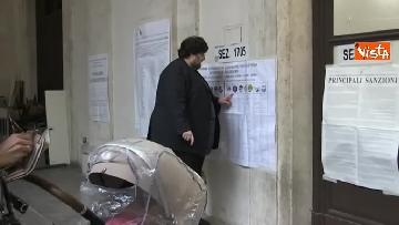 2 - Il leader del Popolo della famiglia Adinolfi al voto con moglie e figlia