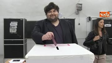 7 - Il leader del Popolo della famiglia Adinolfi al voto con moglie e figlia