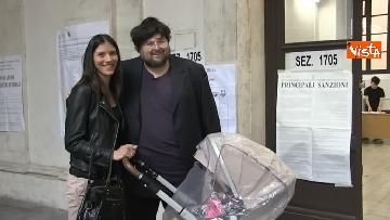 3 - Il leader del Popolo della famiglia Adinolfi al voto con moglie e figlia