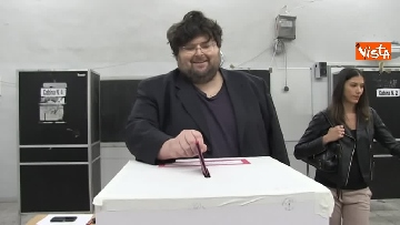6 - Il leader del Popolo della famiglia Adinolfi al voto con moglie e figlia