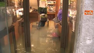 6 - Maltempo a Venezia, tutti sott'acqua, i negozianti: