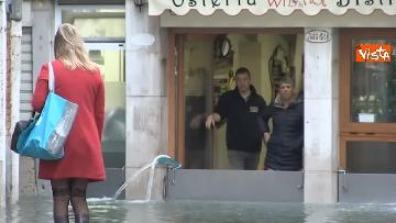 3 - Maltempo a Venezia, tutti sott'acqua, i negozianti: