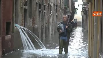 9 - Maltempo a Venezia, tutti sott'acqua, i negozianti: