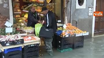 11 - Maltempo a Venezia, tutti sott'acqua, i negozianti: