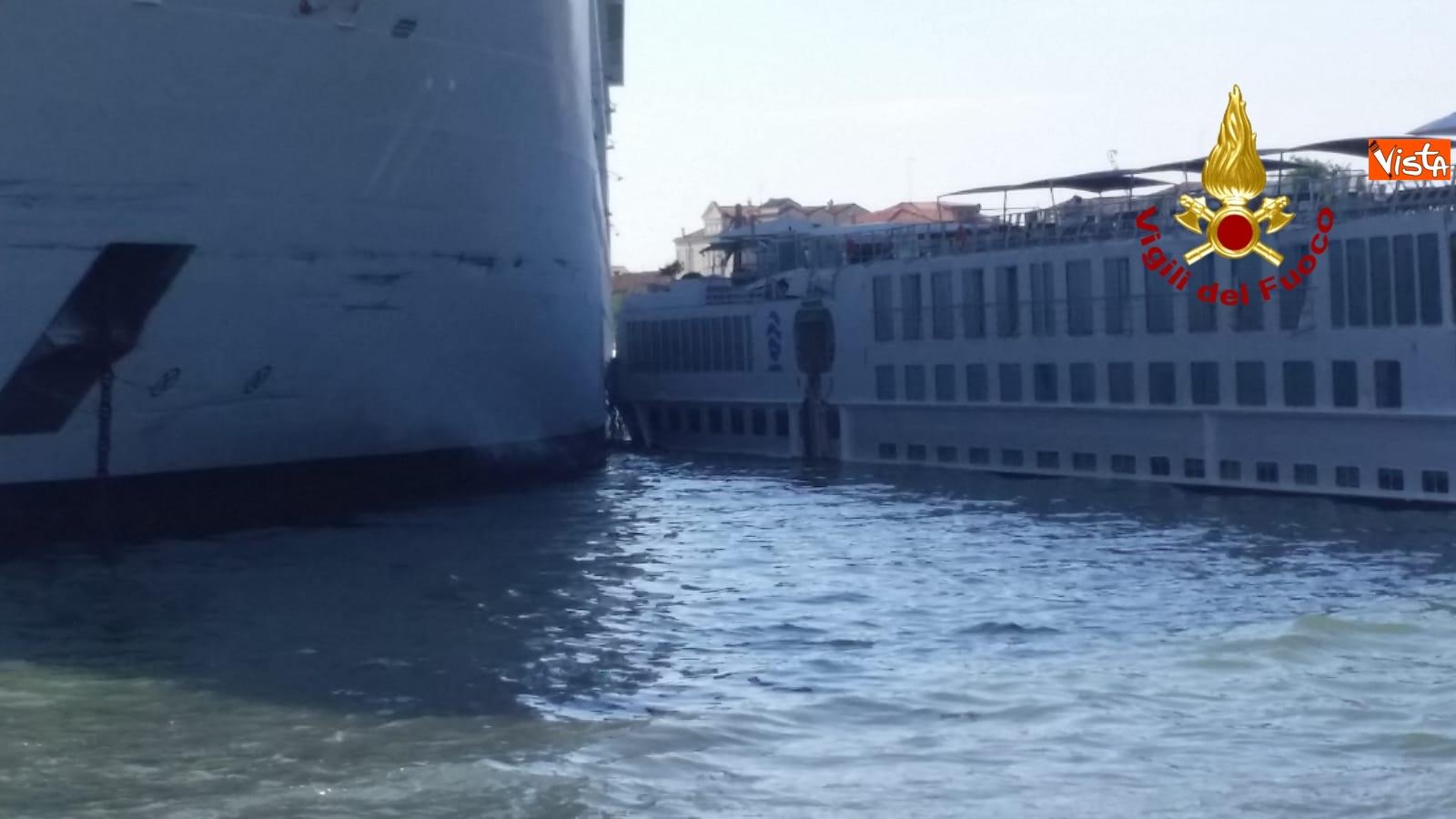 02-06-19 Scontro a Venezia fra nave da crociera e battello turistico le verifiche dei vigili del fuoco dopo l incidente_08