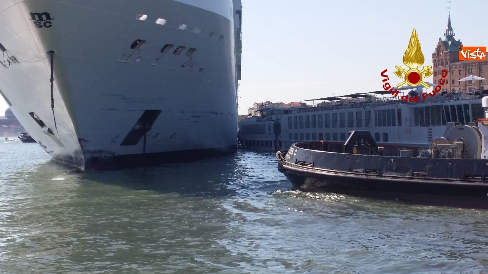 02-06-19 Scontro a Venezia fra nave da crociera e battello turistico le verifiche dei vigili del fuoco dopo l incidente_02