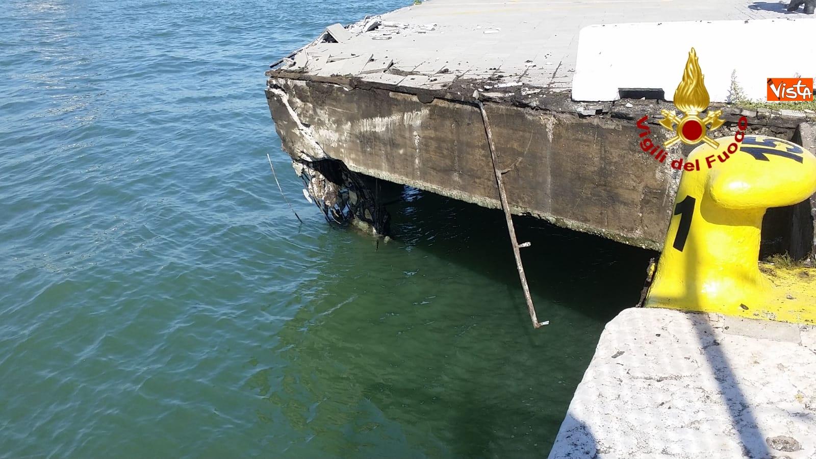 02-06-19 Scontro a Venezia fra nave da crociera e battello turistico le verifiche dei vigili del fuoco dopo l incidente_03