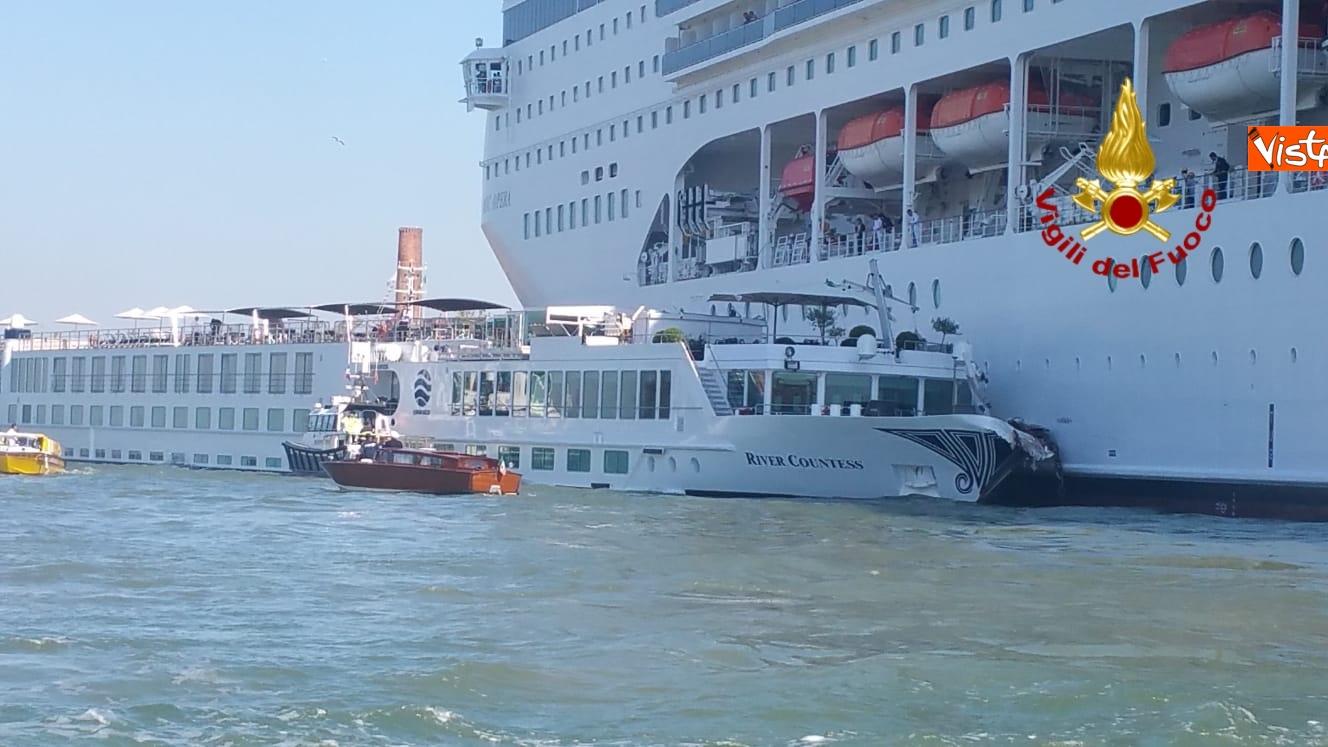 02-06-19 Scontro a Venezia fra nave da crociera e battello turistico le verifiche dei vigili del fuoco dopo l incidente_07