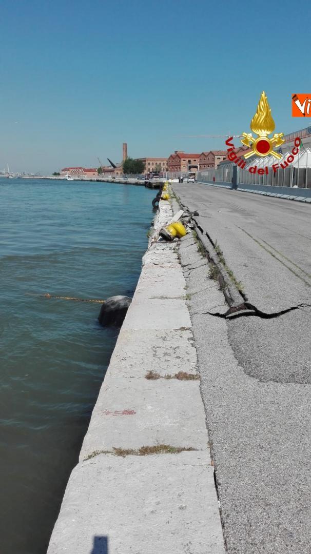 02-06-19 Scontro a Venezia fra nave da crociera e battello turistico le verifiche dei vigili del fuoco dopo l incidente_09