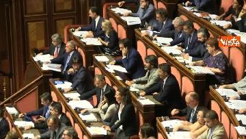 11 - Dl dignità approvato al Senato con 155 voti, Di Maio abbraccia Conte e il Pd protesta in aula
