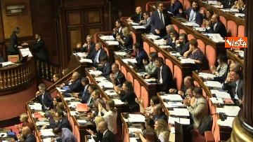 8 - Dl dignità approvato al Senato con 155 voti, Di Maio abbraccia Conte e il Pd protesta in aula