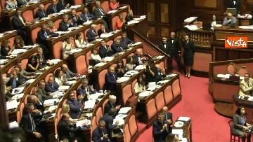 6 - Dl dignità approvato al Senato con 155 voti, Di Maio abbraccia Conte e il Pd protesta in aula