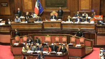 10 - Dl dignità approvato al Senato con 155 voti, Di Maio abbraccia Conte e il Pd protesta in aula