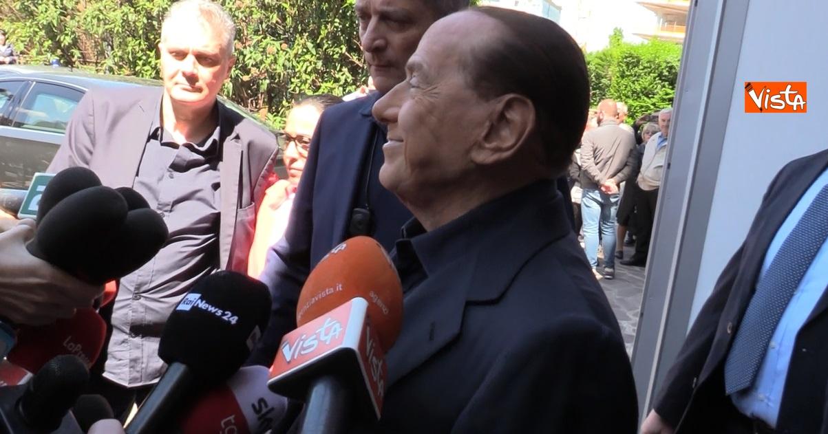 Presidente Berlusconi esce dall'ospedale San Raffaele
