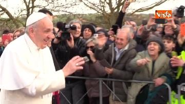 5 - Papa Francesco a piedi tra i fedeli a Pietralcina, nella terra di San Pio