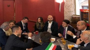 1 - Conte, Di Maio e Zingaretti in un bar di Narni