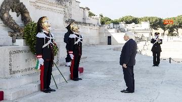 6 - 25 Aprile, l'omaggio di Mattarella da solo con la mascherina all'Altare della Patria