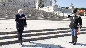 11 - 25 Aprile, l'omaggio di Mattarella da solo con la mascherina all'Altare della Patria