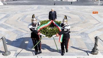 2 - 25 Aprile, l'omaggio di Mattarella da solo con la mascherina all'Altare della Patria