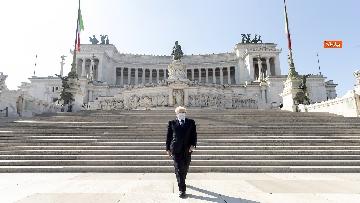 10 - 25 Aprile, l'omaggio di Mattarella da solo con la mascherina all'Altare della Patria