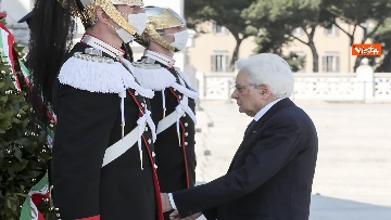 5 - 25 Aprile, l'omaggio di Mattarella da solo con la mascherina all'Altare della Patria