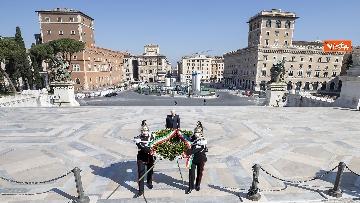 3 - 25 Aprile, l'omaggio di Mattarella da solo con la mascherina all'Altare della Patria