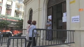 6 - Regionali Puglia, i baresi al voto tra mascherine e misure anti Covid. Le foto