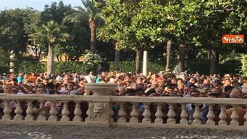 17 - Il Quirinale apre le porte al pubblico, e Mattarella saluta i cittadini
