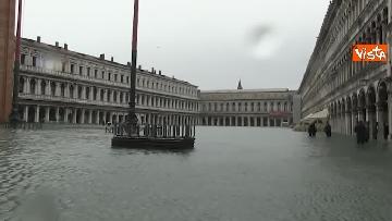 1 - San Marco e il centro di Venezia sommersi dall'acqua, un'atmosfera surreale