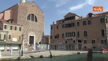 1 - Alle urne in Veneto, nei seggi di Venezia tra disinfettante e mascherine, le immagini